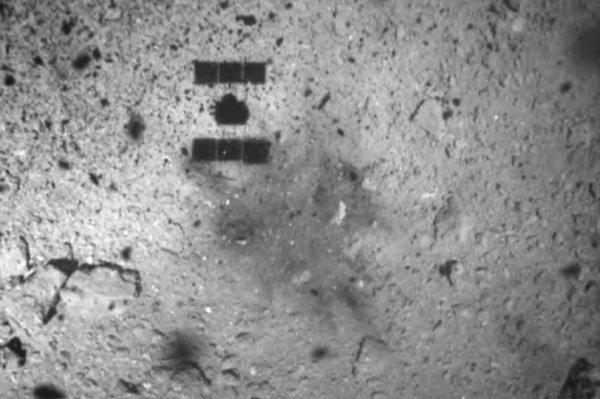 LES IMAGES & L'INFO ASTRO DU JOUR : HAYABUSA 2 A RÉUSSI SA COLLECTE SUR L'ASTÉROÏDE RYUGU ! A 342 millions de kilomètres de la Terre, la sonde japonaise HAYABUSA 2 est parvenue ce 21 février à 23h49 à toucher le sol de l'astéroïde RYUGU et y récolter des échantillons. Ils seront récupérés sur Terre en décembre 2020. Au terme d'une longue descente précautionneuse de près de 24h, la sonde japonaise HAYABUSA 2 est parvenue à toucher la petite surface de 6 m de côté qu'elle visait sur l'astéroïde RYUGU. Première image, HAYABUSA 2 vise la zone pointée d'une flèche sur l'astéroïde RYUGU. A droite, Sur l'image 2, des Traces de la poussière déplacée par les propulseurs de HAYABUSA 2 après le contact avec RYUGU. (Source Jaxa)