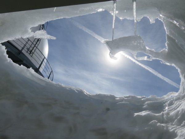 Au détour d'un couloir du Pic, une porte... un mur de glace et là un jeu de lumière avec le Soleil notre coupole et la glace...