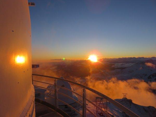 Après la tempête, des pointes de vent à plus de 145km/h, une belle journée ensoleillée depuis le Pic, pour de bonnes observations de notre étoile, le Soleil dès son lever... en images !