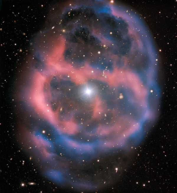 L'IMAGE & L'INFO ASTRO DU JOUR : LOINTAIN SOLEIL A L'AGONIE ! Cette nébuleuse planétaire de la constellation de la Vierge, appelée Abell 36, était encore inconnue des astronomes jusqu'en 1950. L'un des télescopes de 8,20m du Very Large Telescope (VLT), au Chili, l'a photographié récemment. A travers les nuées relâchées par une étoile centrale en fin de vie et devenue une naine blanche, on discerne de nombreuses galaxies très lointaine. La scène se déroule à 1.400 années lumière de la Terre. La faible lueur en provenance de la nébuleuse planétaire sera émise durant 10.000 ans, cette enveloppe de gaz ionisé brillant,le dernier soupir d'une étoile en fin de vie dont les vestiges figurent au centre de cette image. A mesure que l'enveloppe gazeuse de cette nébuleuse planétaire se dilatera et s'éteindra, elle échappera à notre regard. (Source ESO France)