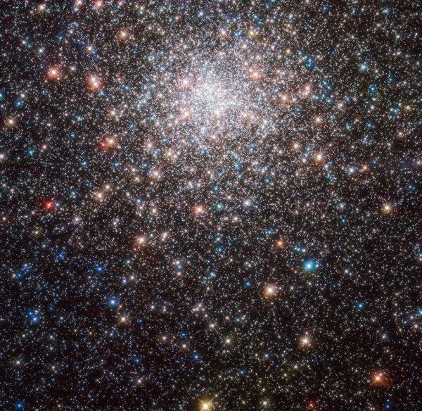 L'IMAGE & L'INFO ASTRO DU JOUR : L4ECLATANT MESSIER 28, un amas globulaire de la constellation du Sagittaire qui se trouve à environ 18 000 années-lumière de la Terre. Alors que Messier 28 est facilement reconnaissable en tant que grappe stellaire globulaire dans cette image, il est beaucoup moins reconnaissable de la Terre. Même avec des jumelles, il n'est que très faiblement visible, car les effets de distorsion de l'atmosphère terrestre réduisent cet ancien faisceau lumineux à une tache à peine visible dans le ciel. Il faudrait des télescopes plus grands pour résoudre les étoiles uniques dans Messier 28. Heureusement, depuis l'espace, le satellite Spatial HUBBLE permet à Messier 28 d'être vu dans toute sa beauté, bien plus qu'un nuage faible, sans forme et nébuleux ! (Sources NASA-HUBBLE-ESA)