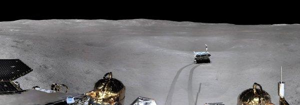 L'IMAGE & L'INFO ASTRO DU JOUR : CHANG'E 4, s'est posé sur la Lune le 3 janvier 2019, va-t-elle devenir la mission la plus frustrante de ces dernières années ? Malgré son succès, la Chine a jusqu'ici peu partagé son exploration lunaire. Voici ce que nous savons de la mission : Pour la première fois, un engin s'est posé en douceur sur la face cachée de la Lune. L'exploit technique, bien réel, aurait pu se traduire par une profusion d'images en provenance de cet hémisphère oublié de notre satellite naturel. Sauf que… c'est une mission chinoise qui a atterri là-bas. Et que la CNSA, l'agence spatiale chinoise, s'est montrée bien avare en photos et en informations sur sa prouesse. La gestion de l'instant de l'alunissage a donné le ton : le monde entier a su que la sonde Chang'e 4 avait planté ses pattes dans le grand cratère austral Von Karman (186 km de diamètre) seulement 90 minutes après… Depuis quasiment plus rien... Dommage !!