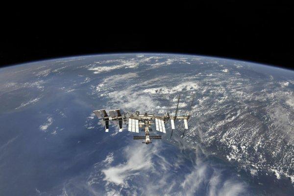 L'IMAGE & L'INFO ASTRO DU JOUR : LA STATION SPATIALE INTERNATIONALE est le plus gros satellite artificiel de la Terre, avec 110 mètres de long pour 74 de large, et de 450 tonnes, c'est un laboratoire qui orbite au dessus de nos têtes à environ 400 km d'altitude. La SSI est le fruit des efforts associée des agences spatiales américaines, russes, européennes, japonaises et canadiennes. Le premier des quinze modules qui la composent a été lancé en 1998. Gigantesque structure, des équipes de techniciens et de chercheurs s'y relaient et ont déjà assuré plus de 19 ans de présence humaine continue dans l'espace ! Cette image de la SSI a été prise par l'équipe de l'Expédition 55 alors que le vaisseau Soyouz commençait le voyage de retour sur Terre. Afin d'obtenir la meilleure vue possible, le Soyouz a modifié ses paramètres de descente initiale. (Source ESA-NASA)