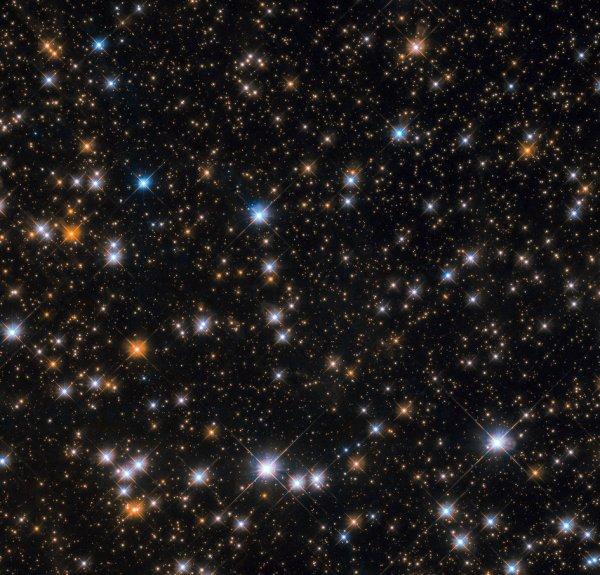 L'IMAGE & L'INFO ASTRO DU JOUR : CIEL COSMIQUE ! Cette image étoilée nous montre une partie de Messier 11, qui est l'un des objets les plus riches et les plus compacts connus à ce jour. En étudiant les étoiles de la séquence principale les plus brillantes et les plus chaudes du groupe, les astronomes estiment qu'elle s'est formée il y a environ 220 millions d'années. Les groupes ouverts contiennent généralement moins d'étoiles jeunes que leurs cousins globulaires plus compacts. Messier 11 ne déroge pas à la règle: au centre se trouvent de nombreuses étoiles bleues, plus chaudes et plus jeunes. La durée de vie des étoiles est également relativement courte, et elles sont plus éloignées les unes des autres et ne sont donc pas aussi étroitement liées les unes aux autres par la gravité, ce qui les éloigne plus facilement et rapidement des forces gravitationnelles plus fortes. En conséquence, Messier 11 risque de se disperser d'ici quelques millions d'années, ses membres étant éjectés un à un, entraînés par d'autres objets célestes se trouvant à proximité. (Sources NASA-HUBBLE-ESA)