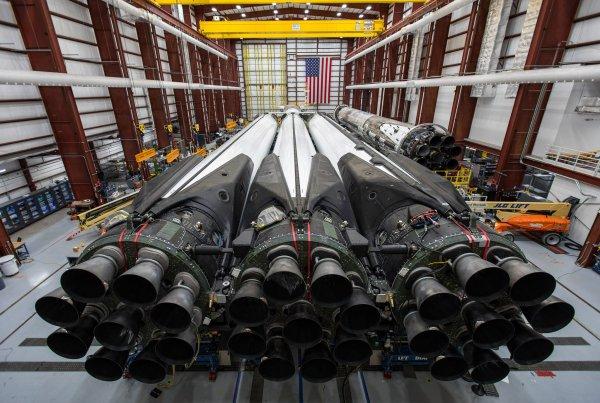 L'IMAGE & L'INFO SPATIAL DU JOUR : LES MOTEURS MERLIN 27 DE LA FALCON HEAVY génèrent plus de 5 millions de livres de poussée au décollage, ce qui en fait la fusée opérationnelle la plus puissante du monde ! Décollage de la falcon heavy le 9 avril, pour le lancement du satellite ARABSAT-6 depuis le complexe de 39 en Floride. (Source SPACE X)