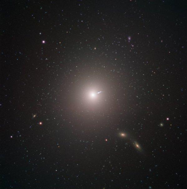 L'IMAGE & L'INFO ASTRO DU JOUR : LES ASTRONOMES CAPTURENT LA TOUTE PREMIÈRE IMAGE D'UN TROU NOIR ! Le « Event Horizon Telescope » (EHT) un réseau constitué de huit radiotélescopes répartis sur la surface de la planète créé dans le cadre d'une collaboration internationale, a été conçu pour capturer les images d'un trou noir. Les chercheurs de l'EHT révèlent aujourd'hui qu'ils sont parvenus à obtenir la toute première preuve visuelle d'un trou noir supermassif et de son ombre situé au c½ur de la galaxie Messier 87 ! Ci-dessous, la galaxie Messier 87 capturée par le Very Large Telescope de l'ESO et la première image d'un trou noir dans cette même galaxie ! (Source ESO France)