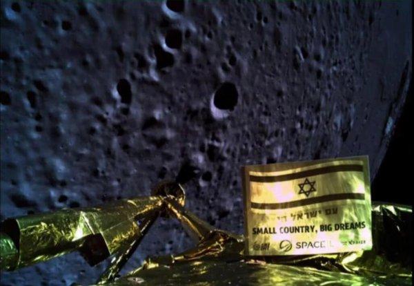 L'IMAGE & L'INFO SPATIAL DU JOUR : PREMIER ET DERNIER SELFIE DE LA SONDE LUNAIRE ISRAÉLIENNE ! La société israélienne Space IL n'aura pas réussi l'exploit de déposer en douceur un engin automatique sur la Lune. La faute à une panne survenue sur le moteur de sa sonde. Il était un peu plus de 21 h 30, ce 11 avril 2019, lorsque la sonde israélienne Beresheet s'est vraisemblablement écrasée sur la Lune. L'engin avait bien entamé sa descente vers la mer de la Sérénité en vue de s'y poser en douceur. Mais l'arrêt, à 10 km d'altitude, de son moteur principal, qui devait servir à la ralentir jusqu'à son contact avec la surface lunaire, l'a privée de cette performance. La société Space IL, qui a conçu le petit atterrisseur de 180 kg pour 1,5 m de haut, n'a pas donné de précisions sur les raisons exactes qui ont conduit à l'arrêt du moteur de descente. Beresheet avait été lancée le 22 février 2019 depuis cap Canaveral par une fuée Falcon 9 de la société privée américaine Space X. (Source SPACE IL et Sapce X)