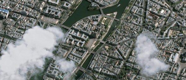LA TERRE VUE DE L'ESPACE : NOTRE-DAME DE PARIS observée par les satellites Pléiades, le mercredi 17 avril dernier. On découvre l'île de la Cité et la cathédrale moins de 48h après l'incendie. On peut observer le toit complètement détruit. Les Pléiades sont deux satellites optiques français conçus par le CNES et exploités par AirBus DS. Ils sont dédiés à l'observation de la Terre en étant sur une orbite proche de 700 km. Quand la Charte internationale « Espace et catastrophes majeures » est déclenchée, ils sont capable de prendre une image de n'importe quel point du globe en moins de 24 heures avec une résolution de 70 cm (rééchantillonée ensuite à 50 cm). (Sources Pléiades-ADS-CNES)