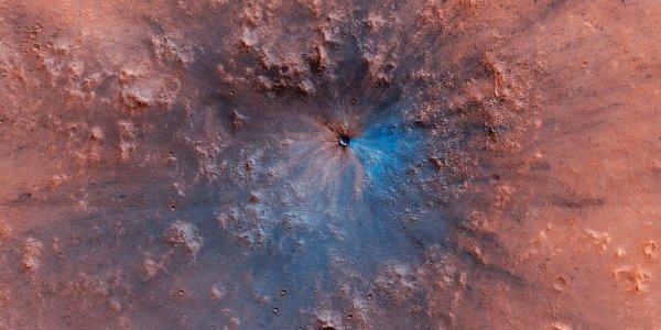 L'IMAGE & L'INFO ASTRO DU JOUR : UN CRATÈRE MARTIEN RÉCENT, moins de trois ans, a été photographié par la sonde américaine MARS RECONNAISSANCE ORBITER. Le résultat de la collision se pare de nuances étonnantes, et les couleurs sont dignes d'une peinture ! La sonde de la NASA se trouvait à seulement 255km de la surface martienne, qu'elle cartographie depuis 2006. Un corps céleste a chuté au sud-ouest du canyon Candor (qui fait partie de Valles Marineris) entre septembre 2016 et février 2019. La teinte bleu électrique (les couleurs ont été fortement accentuées), à la droite du cratère, est une conséquence du souffle de l'impact qui a balayé les poussières alentour. La zone concernée s'étend sur presque 1 km. Le bolide venu s'abîmer sur Mars n'est pas un cas particulier. En effet, des impacts sont détectés régulièrement sur la planète rouge. En étudiant la distribution des éjectas qui en résultent, les scientifiques en apprennent davantage sur les collisions à l'origine de ces patchworks de couleurs. (Sources MRO-NASA-C&E)