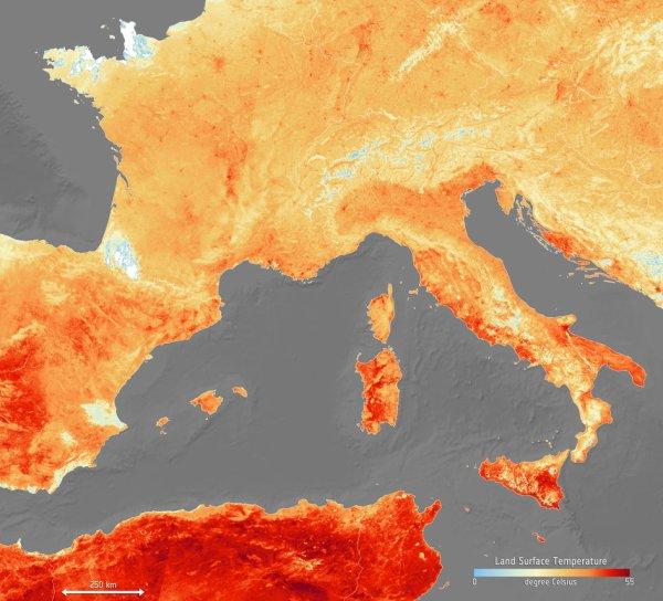 L'IMAGE & L'INFO ASTRO DU JOUR : CANICULE VOUS AVEZ DIT CANICULE ! Alors que nous venons de connaître une température de l'air de plus de 40°C, une grande partie de l'Europe est en proie à une vague de chaleur, et qui bat des records pour juin. Selon les météorologues, cette vague de chaleur est actuellement due à l'air chaud provenant de l'Afrique du Nord. Cette carte montre la température de la terre le 26 juin. Elle a été générée à l'aide d'informations provenant du radiomètre de la température de la surface de la mer et de la surface terrestre de Copernicus Sentinel-3, qui mesure l'énergie rayonnante de la surface de la Terre dans neuf bandes spectrales - la carte représente donc la température de la surface de la terre, pas la température de l'air habituellement utilisée dans les prévisions. Les zones blanches dans l'image correspondent aux lectures de température du sol obscurcies par les nuages et les taches bleu clair aux températures basses au sommet des nuages ou aux zones enneigées. (Source ESA)