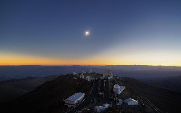 L'IMAGE & L'INFO ASTRO DU JOUR : ECLIPSE TOTALE DE SOLEIL du 2 juillet 2019. Le trajet de la totalité de l'éclipse solaire a traversé l'observatoire de La Silla de l'ESO. Cet événement astronomique rare tombe dans la cinquantième année de fonctionnement du premier observatoire de l'ESO. Inauguré en 1969, l'observatoire de La Silla a permis à l'Europe de se placer en première ligne de la recherche astronomique et continue de fournir des résultats scientifiques remarquables. (Source ESO France)