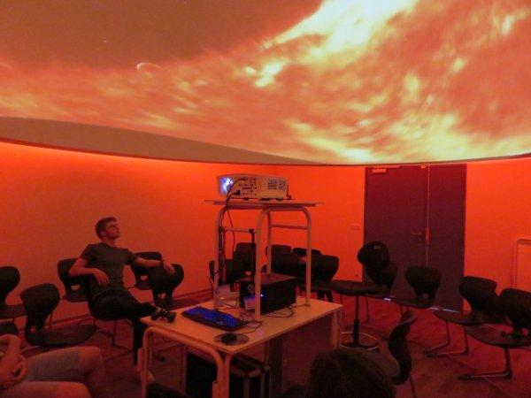 LE POINT SUR LES TRAVAUX du nouveau collège Saint Joseph Peyramale, photos du 9 juillet 2019, de l'ESPACE ASTRONOMIE de l'ASTRO CLUB LOURDAIS… PREMIER ESSAI DU PLANETARIUM sous sa coupole de 5m de diamètre, UNIQUE dans un établissement scolaire en France ! Un Planétarium est un appareil de projection qui permet de projeter sous une coupole un ciel artificiel et numérique avec des images, de la vidéo et du son… Un petit bijou de technologie !
