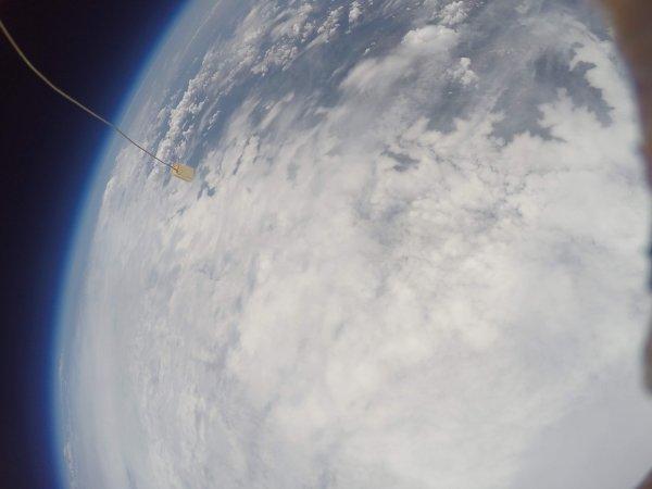 L'IMAGE & L'INFO ASTRO DU JOUR : ET OUI LA TERRE EST RONDE !!! Un projet scientifique, d'une classe du collège Jean Lagarde de Ramonville (31), a abouti ce mardi 2 Juillet par le lâcher d'un ballon sonde, depuis le Pic du Midi, muni d'une nacelle élaborée par les élèves des classes de 401 et 402. Voici notre belle planète bleue depuis la stratosphère… Elle est bien ronde ! (Source CSES Jean Lagarde Ramonville St Agne)