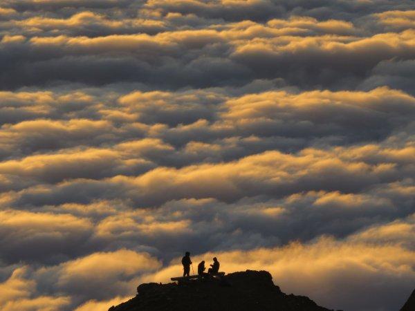 LE COUCHER DU SOLEIL avec l'ombre du Pic du Midi sous une mer de nuages, instant magique à partager entres amis, après une superbe journée d'observation du soleil !