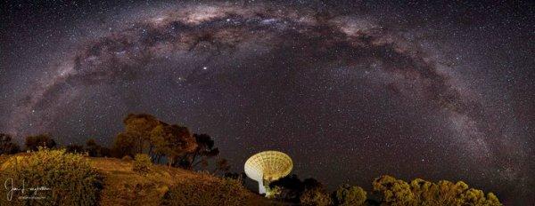 L'IMAGE & L'INFO ASTRO DU JOUR : DEEP SPACE ANTENNA 1 est la première antenne parabolique de l'ESA, d'une profondeur de 35m, elle vise l'espace pour communiquer avec des missions éloignées de chez elles. Située à 140 kilomètres au nord de Perth, en Australie occidentale, à proximité du village de New Norcia, cette antenne géante est l'endroit idéal pour observer le ciel. L'antenne fournit un soutien de routine aux missions en orbite autour de Mars, telles que Mars Express et Exomars TGO, ainsi que l'observatoire spatial Gaia, afin de créer la carte la plus précise au monde des étoiles de notre galaxie de la Voie Lactée et de BepiColombo avant d'atteindre Mercure. (Source ESA)