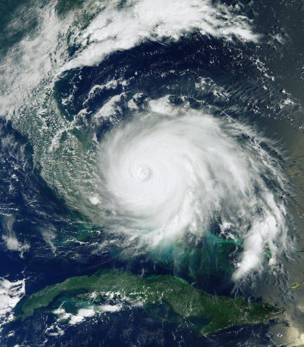 LA TERRE VUE DE L'ESPACE : L'OURAGAN DORIAN APPORTE LA DESTRUCTION ! Cette image du satellite Copernicus Sentinel-3 montre l'ouragan Dorian qui frappe les Bahamas actuellement. Cette puissante tempête a été garée au nord-ouest des Bahamas pendant plus de 24 heures, déclenchant un siège dévastateur. Dorian serait l'un des plus puissants ouragans de l'Atlantique enregistrés. Les résidents de Floride, aux États-Unis, commencent également à ressentir les effets de Dorian, bien que sa trajectoire soit difficile à prévoir car elle se glisse lentement au-dessus des Bahamas. Cependant, le US National Hurricane Center (Centre national des ouragans) prévoit des tempêtes mortelles le long de la côte est de la Floride et des côtes de la Géorgie et de la Caroline du Sud. Alors que les autorités américaines réagissaient à la dévastation, le service européen de cartographie d'urgence Copernicus a été activé pour fournir des cartes des inondations basées sur des données satellitaires.(Sources ESA-Copernic Sentinel)