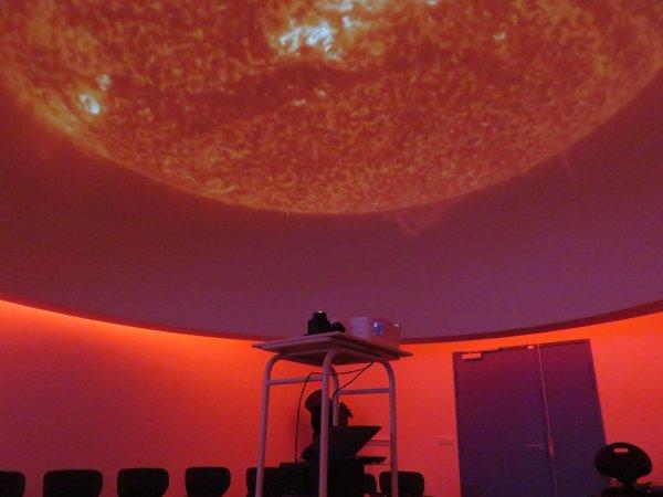 L'ESPACE ASTRONOMIE DANS LE NOUVEAU COLLÈGE SAINT JOSEPH PEYRAMALE ! L'ASTRO CLUB LOURDAIS vous ouvre ses portes pour une première visite. Commençons par le PLANETARIUM numérique, sous sa coupole de 5 mètres de diamètres, unique en France dans un établissement scolaire !