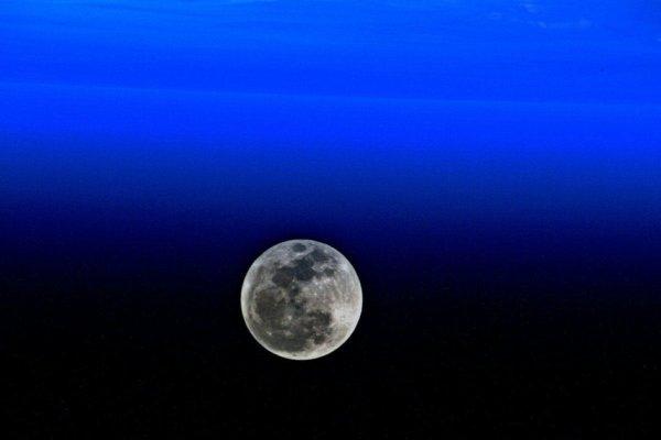 L'IMAGE & L'INFO ASTRO DU JOUR : UNE INVITATION, UNE DESTINATION ! L'astronaute de l'ESA Luca Parmitano a capturé cette image de la Lune depuis la Station Spatiale Internationale. Il est dans l'ISS depuis le 20 juillet 2019, pour sa deuxième mission. Il passera six mois à vivre et à travailler sur l'avant-poste orbital où il soutiendra plus de 50 expériences européennes et plus de 200 expériences spatiales internationales. (Sources ESA-ISS-NASA)