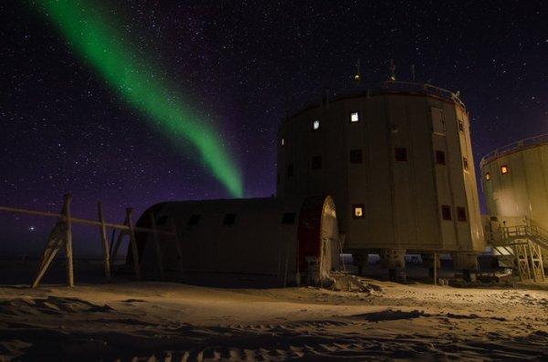L'IMAGE & L'INFO ASTRO DU JOUR : AURORES POLAIRES depuis la station Concordia en Antarctique ! Tout au long de l'histoire de l'humanité, les éruptions aurorales spectaculaires ont donné lieu à de terribles croyances concernant des créatures mythologiques, ont inspiré le folklore et influencé la culture, la religion et l'art. Aujourd'hui, nous savons que les aurores sont les manifestations visibles de l'atmosphère spatiale dans notre atmosphère et se produisent lorsque des particules du Soleil chargées électriquement entrent en collision avec l'atmosphère de la Terre. Ces particules sont délivrées par le «vent solaire» - un flux constant d'électrons, de protons et d'ions plus lourds - émis par notre Soleil. Concordia est gérée par les organisations polaires françaises et italiennes pour collecter des données sur des sujets aussi divers que la glaciologie, l'astronomie et les sciences du climat. (Source ESA)