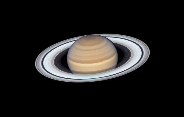L'IMAGE & L'INFO ASTRO DU JOUR : Le télescope spatial HUBBLE a observé Saturne au moment où la planète s'approchait le plus près de la Terre, à environ 1,36 milliard de kilomètres. Saturne héberge de nombreuses fonctionnalités reconnaissables, notamment son système d'anneaux, qui est maintenant incliné vers la Terre. Cela nous donne une vue magnifique sur sa structure brillante et glacée. L'astronome hollandais Christiaan Huygens a identifié les anneaux pour la première fois en 1655. Ils pensaient qu'il s'agissait d'un disque continu entourant la planète, mais nous savons maintenant qu'ils sont composés de particules de glace et de poussière en orbite. Bien que toutes les géantes gazeuses se vantent d'anneaux, Saturne est la plus grande et la plus spectaculaire. L'âge du système des anneaux de Saturne continue d'être débattu. Et, plus troublant encore, il n'y a pas de consensus parmi les astronomes planétaires aujourd'hui sur les événements cosmiques qui ont formés les anneaux ! (Sources NASA-HUBBLE-ESA)