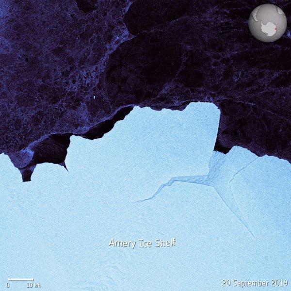 LA TERRE VUE DE L'ESPACE : UN ÉNORME ICEBERG s'est détaché de la banquise Amery en Antarctique. Surnommé D28, l'iceberg mesure environ 1600 km2, soit environ la taille du Grand Londres. D'une largeur d'environ 30 km et d'une longueur de 60 km, il devrait peser plus de 300 milliards de tonnes. Capturée par la mission Copernicus Sentinel-1, l'image de l'iceberg en train de se détacher entre le 22 et le 25 septembre. Les scientifiques disent que c'est la plus grosse séparation de la banquise Amery en 50 ans. Les satellites continueront de surveiller et de suivre l'iceberg, qui constitue une menace pour les navires se trouvant à proximité. (Sources ESA-Copernic Sentinel)