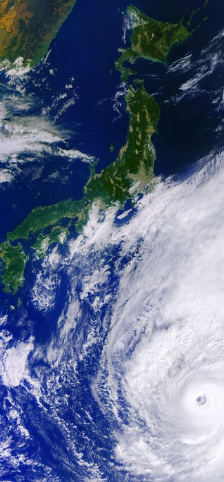 LA TERRE VUE DE L'ESPACE : LE TYPHON HAGIBIS se dirige vers la principale île du Japon, Honshu, où il devrait toucher terre au cours du week-end. Le Japon se prépare aux dégâts potentiels des vents violents et des pluies torrentielles. Cet énorme typhon, comparé à un ouragan de catégorie 5, est visible sur cette image capturée par la mission Copernicus Sentinel-3 le 10 octobre. L'½il de la tempête a un diamètre d'environ 60 km. (Sources ESA-Copernic Sentinel)