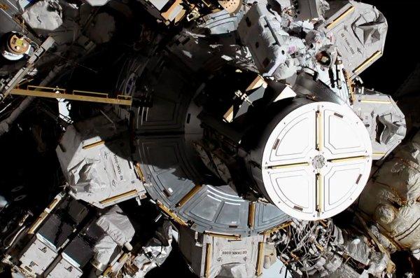L'IMAGE & L'INFO SPATIAL DU JOUR : PREMIÈRE SORTIE DANS L'ESPACE SIMULTANÉE DE DEUX FEMMES ! L'image peut sembler un peu fouillis. Mais elle est historique. Elle montre pour la première fois deux femmes Christina Koch et Jessica Meir, équipées d'un scaphandre effectuer ensemble une sortie dans l'espace depuis la Station Spatiale Internationale (ISS). Sur cette image, elles apparaissent, en haut de l'image, près du sas par lequel elles ont quitté le module Quest. Leur tâche consiste à changer des éléments défectueux qui permettent de gérer la charge des batteries de l'ISS. Cela représente tout de même une attente de 20 ans depuis la mise en orbite des premiers modules de la station. Et 35 ans après la première sortie spatiale d'une Américaine et 58 ans après le début des vols spatiaux habités… !! (Sources NASA-ISS-ESA-C&E)
