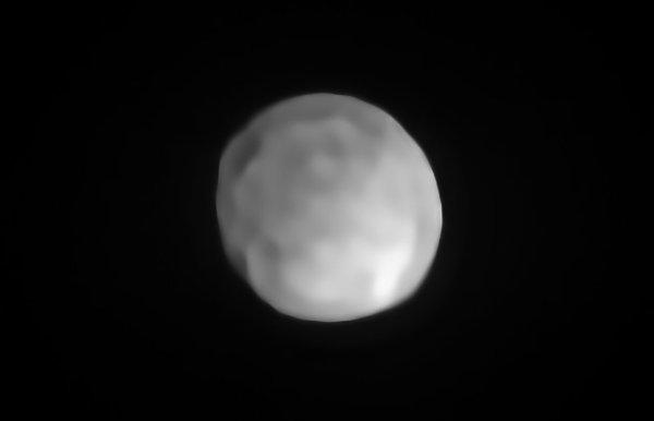 L'IMAGE & L'INFO ASTRO DU JOUR : Un télescope de l'ESO révèle l'existence de ce qui pourrait bien être la plus petite planète naine du Système Solaire, l'astéroïde HYGIEA d'un diamètre de près de 430 km ! Ses dimensions le situent en quatrième position des objets les plus gros de la ceinture d'astéroïdes après Cérès (950 km), Vesta et Pallas. Pour la toute première fois, et grâce à des clichés dotés d'une résolution suffisamment élevée, les astronomes ont pu étudier sa surface, déterminer sa forme ainsi que sa taille. Il est ainsi apparu qu'HYGIEA arbore une forme sphérique, et détrône probablement Cérès de son rang de planète naine la plus petite du Système Solaire. En sa qualité d'objet de la principale ceinture d'astéroïdes, HYGIEA satisfait d'emblée aux conditions nécessaires à le qualifier de planète naine : il orbite autour du Soleil, il n'est pas une Lune et, à la différence d'une planète, il n'a pas nettoyé les environs de son orbite, et qu'il possède une masse suffisante pour que sa propre gravité lui confère une forme à peu près sphérique. (Source ESO France)