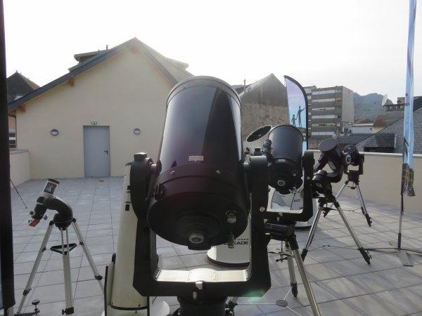 L'ESPACE ASTRONOMIE DANS LE NOUVEAU COLLÈGE SAINT JOSEPH PEYRAMALE ! L'ASTRO CLUB LOURDAIS vous ouvre ses portes de la TERRASSE D'OBSERVATION ET DE SES TELESCOPES ! Merci à Élie, Vincent et Julien pour avoir déposé les télescopes pour la première fois sur la terrasse. Jeunes des classes de Sixièmes aux Terminales et Étudiants, nous vous attendons pour reprendre les observations dès la rentrée !