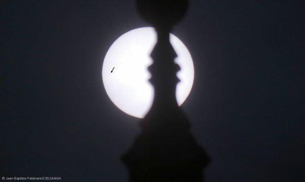 LES IMAGES & L'INFO ASTRO DU JOUR : PASSAGE DE MERCURE DEVANT LE SOLEIL ce 11 novembre 2019, la musique militaire n'était pas la seule à défiler. La planète Mercure a paradé devant le disque éblouissant du Soleil. Le phénomène est rare : 13 à 14 fois par siècle. Et la prochaine fois se produira le 13 novembre 2032. Et s'il n'est pas aussi spectaculaire que le passage de Vénus devant le Soleil, il est quand même l'occasion d'apercevoir Mercure, cette petite planète bien difficile à repérer, car toujours noyée dans les lueurs du crépuscule. Mais la météo capricieuse ne nous a pas laissé trop de chance, donc pas d'observation à Lourdes mais le Planétarium était là pour nous faire apprécier ce phénomène ! Quelques photos depuis le planétarium et d'ailleurs, du Transit de Mercure devant le Soleil…