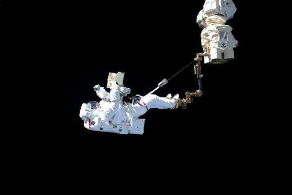L'IMAGE & L'INFO SPATIAL DU JOUR : Image publiée par l'astronaute de l'ESA Luca PARMITANO lors de sa sortie dans l'espace pour réparer le spectromètre de détection de rayons cosmiques Alpha (AMS-02). L'intégralité de la Station spatiale internationale est reflétée sur son casque, avec la Terre à l'arrière-plan. Luca et son partenaire astronaute de la NASA, Andrew Morgan, ont effectué la première d'une série de sorties complexes pour entretenir AMS-02. C'était la première fois qu'un astronaute européen occupait le rôle principal dans une sortie dans l'espace baptisée EV1. La sortie dans l'espace s'est tellement bien passée que la paire a même réussi à effectuer certaines tâches planifiées pour la prochaine sortie dans la série. (Sources ESA-NASA-ISS)