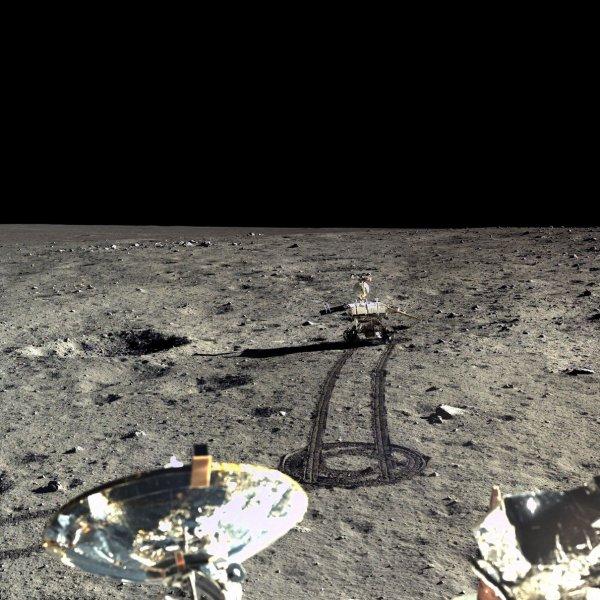 LES IMAGES & L'INFO ASTRO DU JOUR : RETOUR SUR LA MISSION LUNAIRE CHINOISE avec des nouvelles de l'atterrisseur Chang'e-3 et ses photos spectaculaires de la Lune ! L'engin a découvert une nouvelle roche lunaire, et a pris des milliers de photos haute résolution au cours de sa mission. Depuis le 14 décembre 2013, l'atterrisseur et le rover qu'il remorquait, Yutu, se sont posés sur Mare Imbrium, une région au nord de la Lune, faisant par la même occasion de la Chine le troisième pays à procéder à un atterrissage en douceur sur la surface lunaire, après l'Union Soviétique et les États-Unis. Les photos sont plus que belles : même si Yutu s'est arrêté de rouler en janvier 2014, les données qu'il a émises ont déjà permis à la communauté scientifique de mieux comprendre la géologie lunaire, révélant même un type de roche qui avait échappé aux missions américaines et soviétiques. Par ailleurs, les instruments de l'atterrisseur fonctionnent, eux toujours, faisant notamment de celui-ci l'unique télescope lunaire installé sur la Lune actuellement. (Sources Chinese Academy of sciences/china national space administration/the science and application center for moon and deepspace exploration)