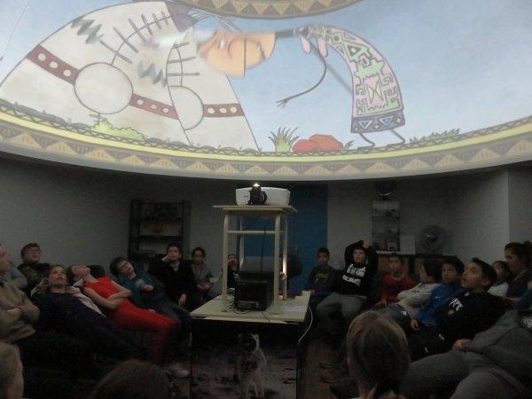 SÉANCE DE PLANÉTARIUM sur une découverte de l'astronomie avec un groupe de 48 jeunes de Bordeaux, dans les locaux de l'Astro Club Lourdais. Un public très à l'écoute et de qualité. Un grand merci à Lucas pour son aide ! Retour en images…