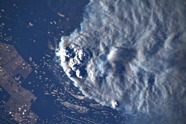 LA TERRE VUE DE L'ESPACE : L'AUSTRALIE ! L'astronaute de l'ESA Luca PARMITANO a pris cette image depuis la Station spatiale internationale. Les feux de brousse féroces font rage depuis septembre et sont alimentés par des températures record. Au milieu d'une crise climatique, 2019 a été l'année la plus chaude jamais enregistrée en Australie. Des vents ont soufflé de la fumée sur la Nouvelle-Zélande et ont traversé l'océan Pacifique Sud, atteignant même le Chili et l'Argentine. Dix millions d'hectares de terres ont été brûlés, au moins 24 personnes ont été tuées et il a été signalé que près d'un demi-milliard d'animaux ont péri. Autour de la fumée, c'est la prise de conscience accrue et les appels à une action urgente sur le changement climatique qui continuent de balayer le globe. (Sources ESA-ISS-NASA)