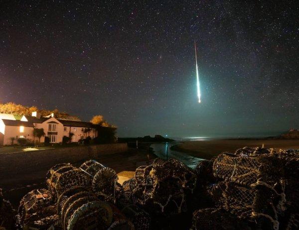 L'IMAGE & L'INFO ASTRO DU JOUR : Le 21 janvier dernier, un corps étranger s'est écrasé sur Terre, provoquant une cascade de lumière vive à travers le ciel. Le flash éphémère était une boule de feu, définie comme un météore plus brillant que la planète Vénus. Ces météores brillants sont causés par de petits astéroïdes qui frappent l'atmosphère, brûlant entièrement ou presque entièrement à cause de la friction, explosant parfois soudainement. Chaque jour, environ 54 tonnes de matériaux extraterrestres atteignent la Terre, y compris des poussières interplanétaires, des météorites et des astéroïdes. On estime que des boules de feu comme celle-ci frappent la Terre des centaines de fois par an, mais toutes ne sont pas captées par la caméra ou brillent si fort. De la luminosité de cette boule de feu, au moment de la pleine lune, les experts ont déduit que l'objet d'origine aurait pu varier de quelques dizaines de centimètres à un mètre, selon sa vitesse d'entrée, sa composition et d'autres caractéristiques. Cette photo impressionnante a été prise par le photographe Chris Small dans la station balnéaire de Bude, au nord-est de Cornwall, en Angleterre, à 23:24 UTC. La boule de feu sur cette image a été repérée par au moins cinq observateurs à travers le Royaume-Uni, qui l'ont signalé à l'Organisation internationale des météores - une organisation créée pour collecter des observations de météores du monde entier. (Source ESA)