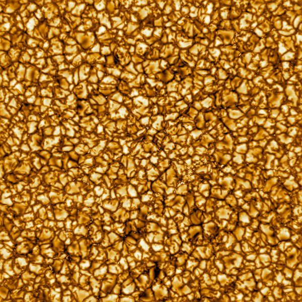 LES IMAGES & L'INFO ASTRO DU JOUR : UNE PREMIÈRE MONDIALE DE LA SURFACE DU SOLEIL photographiée par le nouveau télescope solaire Daniel K. Inouye, vient de produire ses premières images, doté d'un miroir principal de 4 m de diamètre, construit au sommet du Haleakala, sur l'île de Maui, à Hawaï, dans le Pacifique Nord. Elles montrent des détails sans précédent à la surface de notre étoile. Celle-ci est un zoom sans équivalent sur la photosphère, autrement dit la surface brillante du Soleil. Elle montre la granulation : une mosaïque de structures convectives d'environ 1000 km de diamètre, connue depuis des décennies par les astronomes. Mais cette fois, le degré de précision est tel que des détails de 30 km de large y sont discernables. (Sources : T.D.K.Inouye. NSO/AURA/NSF)