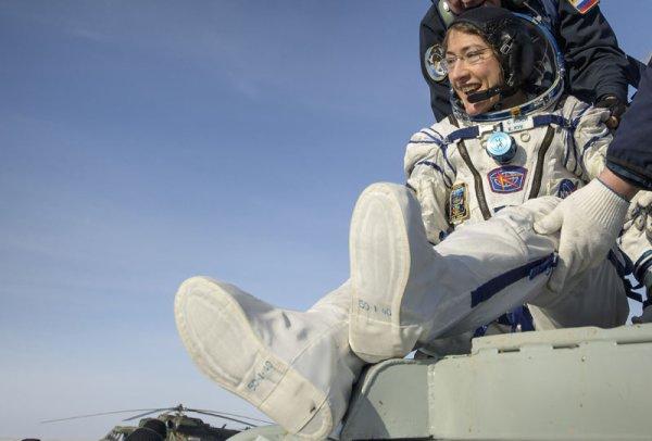 LES IMAGES & L'INFO SPATIAL DU JOUR : TROIS ASTRONAUTES ET DES RECORDS DE RETOUR SUR TERRE ! Le vaisseau Soyouz MS-13, de retour de la station spatiale internationale (ISS), s'est posé dans les steppes du Kazakhstan. À son bord, l'Italien Luca PARMITANO, qui est maintenant l'Européen à avoir passé le plus de temps en sorties spatiales, 33 heures et 9 minutes dans le vide cosmique. Le commandant, le Russe Alexander SKVORTSOV, qui achevait son troisième vol spatial, et l'Américaine Christina KOCH qui revient sur Terre avec le record de la mission spatiale la plus longue pour une femme : 328 jours passés en orbite. Au cours de son séjour de 11 mois en apesanteur, elle a effectué six sorties dans l'espace en scaphandre, totalisant plus de 42 heures hors de la station. L'une de ces sorties, qu'elle a accomplie avec sa collègue Jessica MEIR, a d'ailleurs été la première sortie 100% féminine de l'histoire de l'espace. (Sources NASA-ISS-ESA)