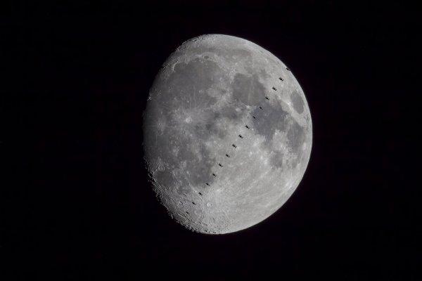 L'IMAGE & L'INFO ASTRO DU JOUR : LA STATION SPATIALE ET LA LUNE ! Alors que la plupart des yeux étaient tournés vers la cérémonie de passation de commandement qui a lieu à l'intérieur de la Station spatiale avant le retour sur Terre de l'astronaute de l'ESA Luca Parmitano, Javier Manteca a mis son équipement pour suivre la Station depuis la petite ville de Campo Real à Madrid, en Espagne. À l'aide d'une caméra attachée à un télescope 150/750 enregistrant à 25 images par seconde, Javier a capturé le transit de 690 millisecondes en vidéo et a composé cette image à partir de 17 images empilées. Luca Parmitano est revenu sur Terre le lendemain de cette photo, le 6 février, mettant fin à un record de 201 jours dans l'espace pour sa mission Beyond. (Source ESA)