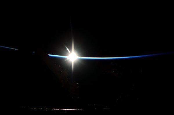 L'IMAGE ASTRO DU JOUR : LA STATION SPATIALE INTERNATIONALE émerge de l'obscurité. Aux premières lueurs du soleil levant, l'avant-poste de l'humanité dans l'espace émerge de l'obscurité (Source ESA). Prenez soin de vous et de vos proches.