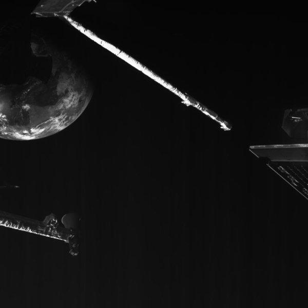 CONFINEMENT, RÊVONS D'ESPACE : La mission BEPICOLOMBO, de l'ESA se rapproche de la Terre à une vitesse de plus de 100.000km/h ! La sonde est passée à seulement 12.700km de la surface de la Terre avant d'orienter sa trajectoire vers la destination finale : Mercure. La Terre apparaît derrière la structure de l'engin spatial et sous l'antenne à gain élevé, et se déplace lentement. Alors que l'humanité traverse une des périodes les plus difficiles de son histoire, l'engin spatial a pris des photos au plus près de notre planète, sur lesquelles celle-ci apparaît comme brillante dans l'obscurité. (Sources NASA-ESA-JAXA). Restez bien chez vous, et prenez soin de vous et de vos proches.