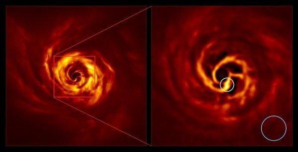 RÊVONS D'ESPACE ET OBSERVONS : Une image prise par le VLT de l'Observatoire Européen Austral au Chili, montre une structure qui pourrait être liée à une planète géante en train de se former autour de l'étoile AB Aurigae ! Avec un luxe de détails jamais atteint, cette image visualise l'environnement proche de l'étoile AB Aurigae, distante de 520 années-lumière, dans la constellation du Cocher. Et dans ces spirales constituées par du gaz et de la poussière en rotation autour de l'astre, une condensation particulière a retenu l'attention des astronomes à une distance de l'étoile équivalente à celle qui sépare Neptune du Soleil (soit environ 4,5 milliards de km). La torsion où les astronomes suspectent la présence d'une planète en formation se trouve dans la partie la plus centrale du vaste disque de poussière qui entoure AB Aurigae (au centre mais artificiellement éclipsée). Elle est malgré tout assez loin de son étoile (le cercle bleu figure l'orbite de Neptune en guise d'échelle). (Sources: ESO/Boccaletti et al.)
