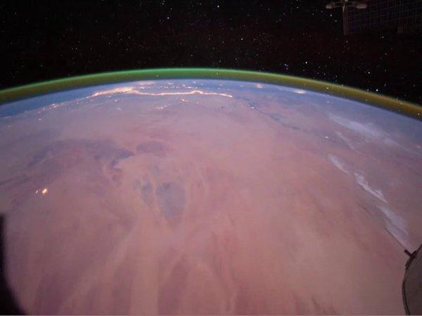 RÊVONS D'ESPACE ET DÉCOUVRONS ENSEMBLE : L'instrument NOMAD de la mission EXOMARS, a détecté une lueur verte unique d'oxygène dans l'atmosphère de Mars. C'est la première fois que cette émission est observée autour d'une planète, autre que la Terre. Sur Terre, l'oxygène incandescent est produit lors des aurores polaires, lorsque les électrons énergétiques de l'espace interplanétaire viennent frapper la haute atmosphère. Cette émission de lumière alimentée par l'oxygène donne aux aurores polaires leur belle teinte verte caractéristique. Sur Terre, la couche verte de la lueur nocturne est assez faible, si bien qu'elle ne peut être vue qu'en regardant «au bord» de la couche d'émission, comme l'illustre la deuxième photo spectaculaire prises par les astronautes à bord de la station spatiale internationale. (Sources ESA-NASA)