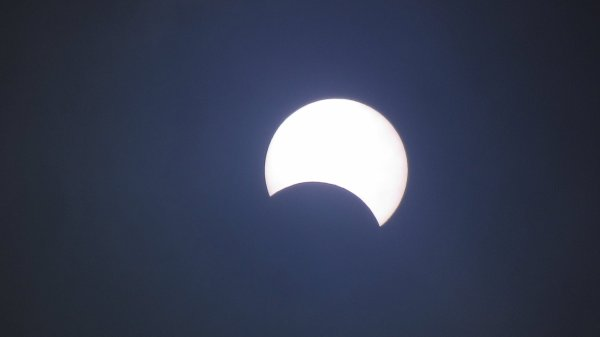 """RÊVONS D'ESPACE ET OBSERVONS : Une éclipse annulaire de Soleil est observable ce 21 juin 2020 depuis certains pays d'Afrique et d'Asie. Si en France, rien ne pourra être vu, les Réunionnais et les Mahorais auront peut-être la chance d'apercevoir une éclipse partielle. Une éclipse annulaire est un phénomène céleste impressionnant durant lequel la Lune vient se glisser entre le Soleil et la Terre. L'agencement des astres produit alors un """"cercle de feu"""" en cachant notre étoile, puisque la Lune n'est pas assez proche de la Terre pour qu'elle semble recouvrir totalement le Soleil grâce à un jeu de perspective, elle laisse voir un fin cercle de disque solaire. De telles éclipses ne se produisent généralement que tous les un ou deux ans et ne s'observent que dans une zone très restreinte."""