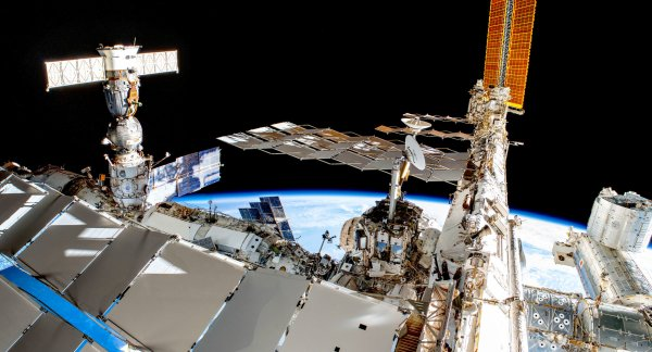 RÊVONS D'ESPACE ET OBSERVONS : Ce panorama de la STATION SPATIALE INTERNATIONALE est une vue plus large prise par l'astronaute de l'ESA Luca PARMITANO. On y aperçoit les radiateurs à panneau blanc qui refroidissent la Station spatiale. Le vaisseau spatial à gauche est un Soyouz. À droite, le module Kibo, avec le drapeau japonais visible. La Station spatiale vole vers la droite sur cette image. La SSI est le plus grand des objets artificiels placés en orbite terrestre. Elle s'étend sur 110m de longueur, 74m de largeur et 30m de hauteur et a une masse d'environ 420 tonnes en 2019. Elle orbite à 408km et sa vitesse autour de la Terre est de 7,66 km/s. (Sources ESA-NASA)