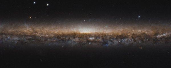 RÊVONS D'ESPACE ET DÉCOUVRONS ENSEMBLE : Apparaissant comme une ligne allongée d'étoiles et de poussière noire, la galaxie NGC 5907 est classée comme une galaxie spirale tout comme notre propre voie lactée. Dans cette nouvelle image du télescope spatial HUBBLE, nous ne voyons pas les beaux bras en spirale parce que nous les regardons bord à bord, comme en regardant le bord d'une plaque. C'est pour cette raison que NGC 5907 est également connu comme la galaxie Knife Edge. Elle se trouve à environ 50 millions d'années-lumière de la Terre, dans la constellation du Dragon. Bien qu'ils ne soient pas visibles sur cette image, des flux d'étoiles fantomatiques sur de grandes boucles arquées s'étendent dans l'espace, encerclant la galaxie. On pense qu'ils sont les restes d'une petite galaxie naine, déchirée par la galaxie Knife Edge et fusionnée avec elle il y a plus de quatre milliards d'années. (Sources NASA-HUBBLE-ESA)