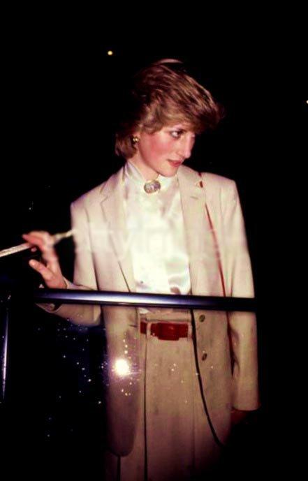 Détails / matériaux de ses vêtements de Diana _ Suite