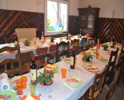 anniversaire,50 personnes , thème Années 80 :la table