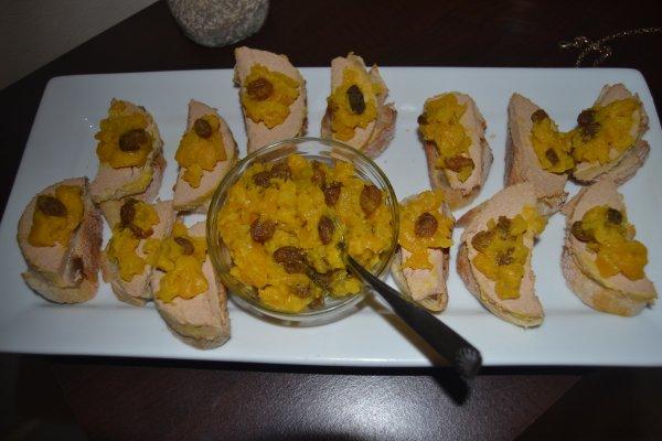 Foie gras et confit aigre doux d'oignon et mangue au safran