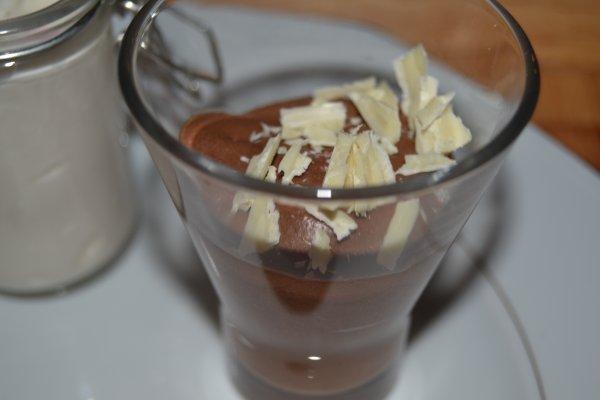 clémentine givrée, mousse au chocolat , petit bocal blanc et far breton : le dessert gourmand