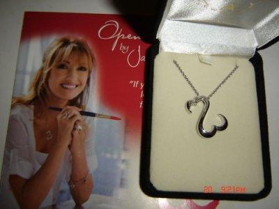 Jane Seymour confèctionne des bijoux pour Kay
